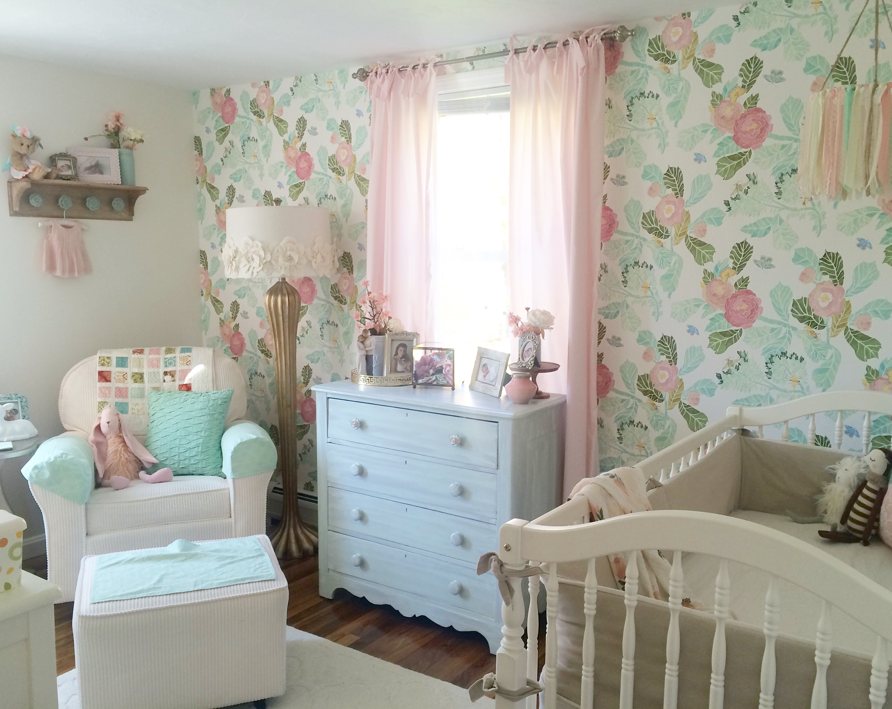 Rory lou 39 s shabby chic mint pink and gold nursery for Chic baby nursery ideas