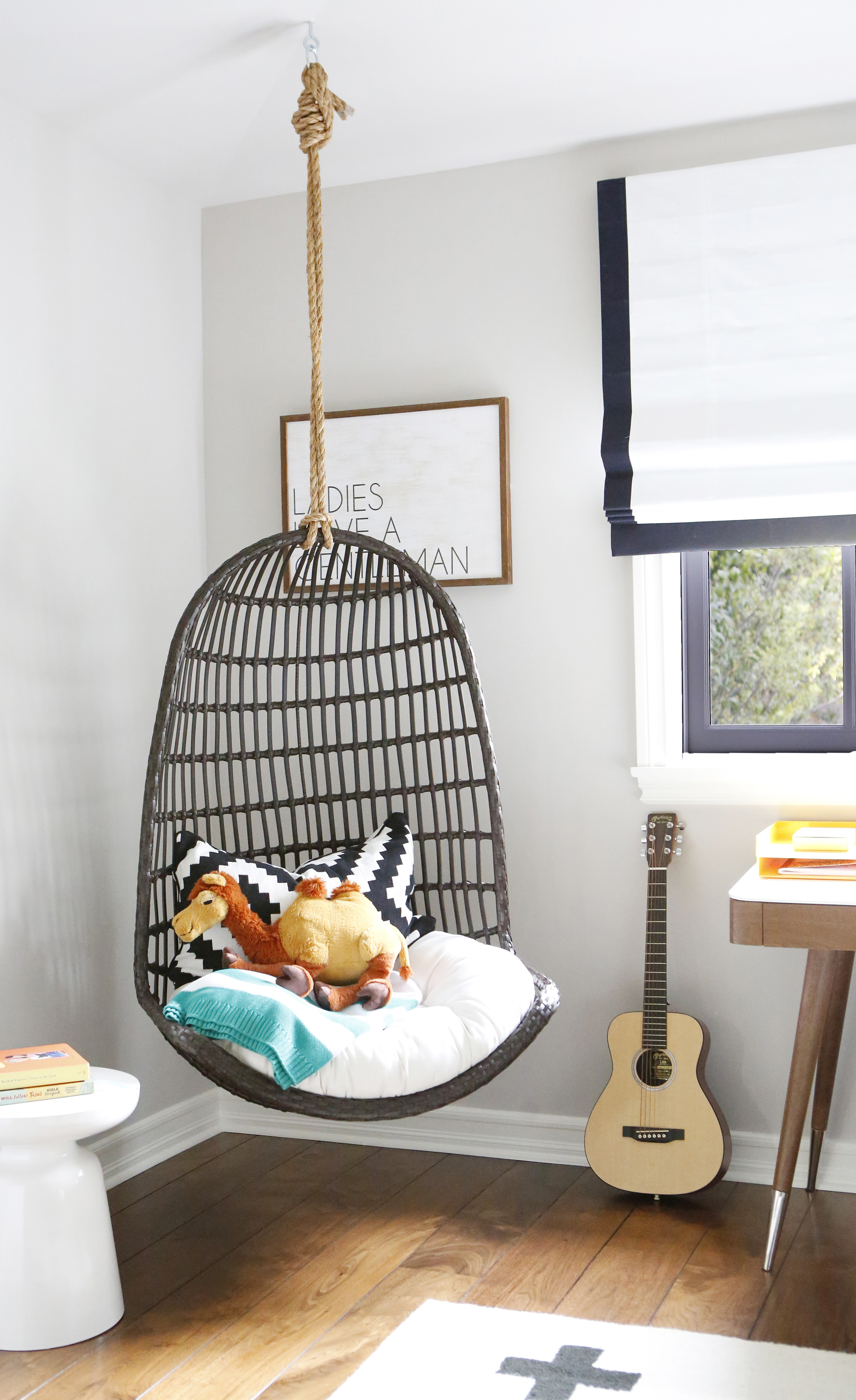 Hanging Chair in Brooke Mahanu0027s Big Kid Room & Trendspotting: Hanging Chairs are Swinging into Kids Design ...